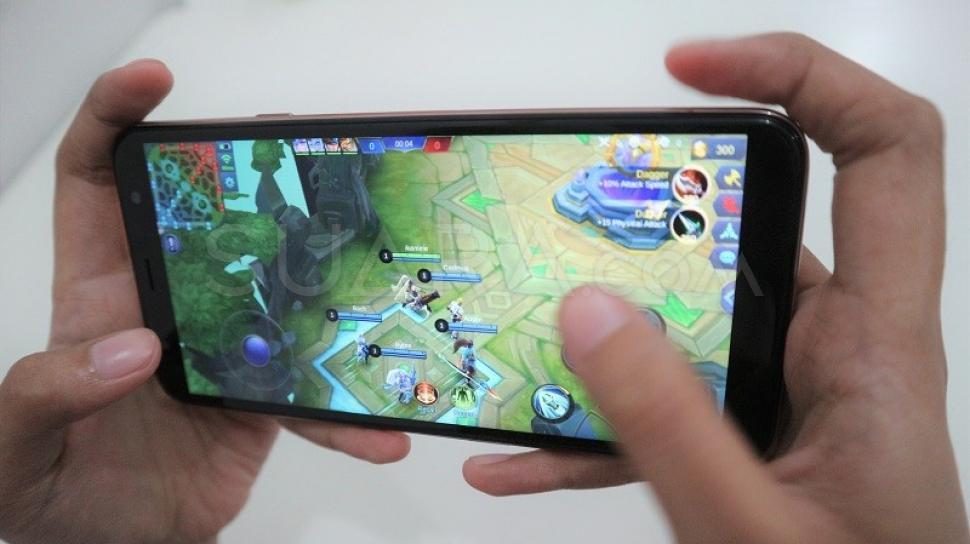 37537-ilustrasi-bermain-game-di-smartphone-hiteknocomdinar-surya-oktarini